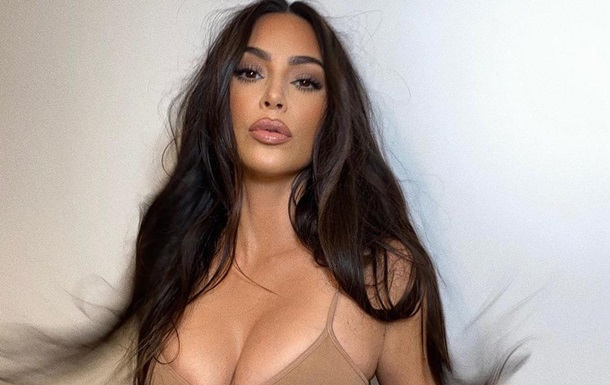 Kim Kardashian spielte in einem engen Körper ohne Unterwäsche: Foto