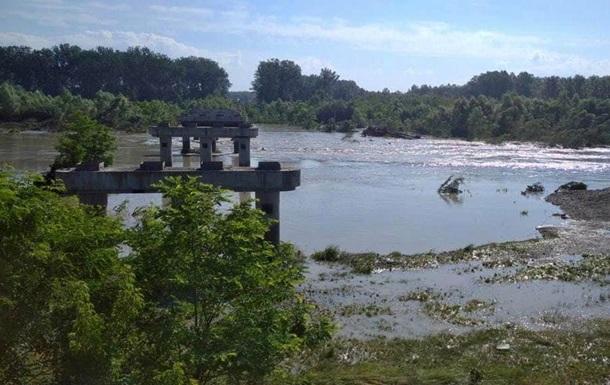 Наводнение снесло мост в Черновцах