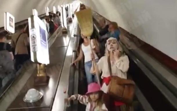 В метро Киева женщины призывали снимать маски