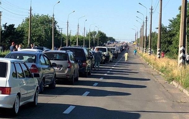 На КПВВ  ДНР  очередь стоит третьи сутки