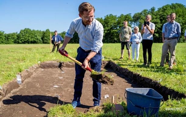 В Норвегии начали откапывать из-под земли корабль викингов