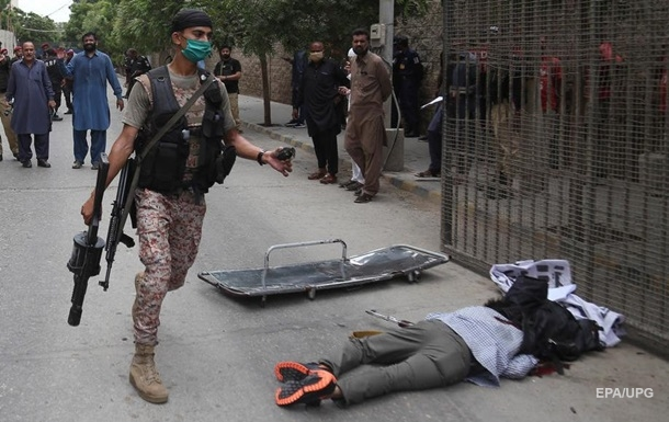 In Pakistan, eight people died in an attack on a stock exchange. Photo 18+