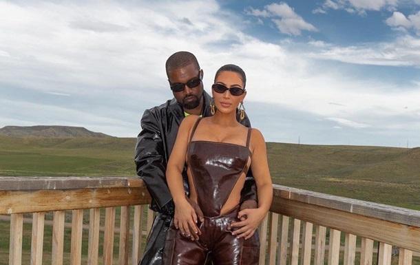 Ким Кардашьян снялась в кожаном комбинезоне на голое тело: фото