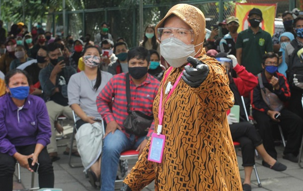 The mayor of the Indonesian city on his knees apologized for the outbreak of COVID-19