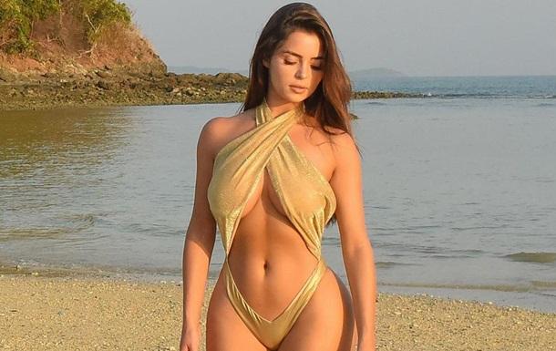 Модель Демі Роуз засвітила пишні груди