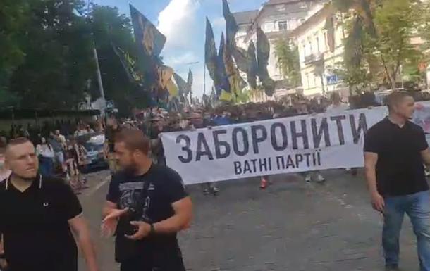 По центру Киева движется колонна Нацкорпуса