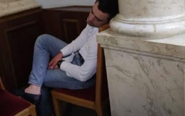 Депутат заснув в Раді під час обговорення азартних ігор