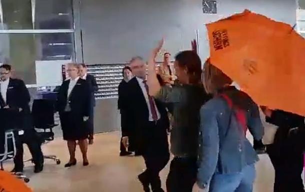 Экоактивисты разбросали листовки возле Мерекль