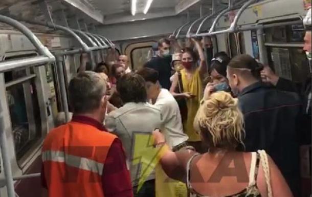 У метро Харкова виникла бійка через маску