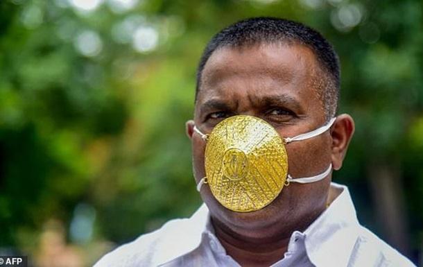 Індійський бізнесмен ходить в золотій масці для захисту від коронавірусу