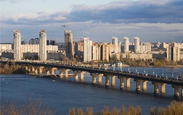 В Киеве на мосту Патона образовался  водопад