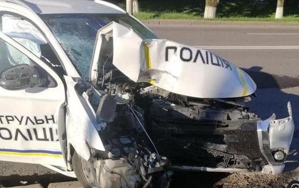 Полицейский в Луцке врезался в столб