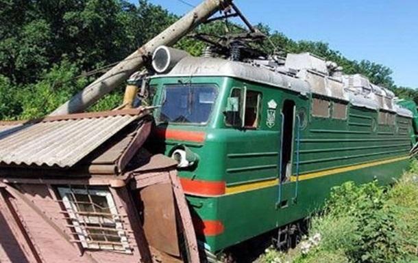 Під Одесою потяг зруйнував службову будівлю