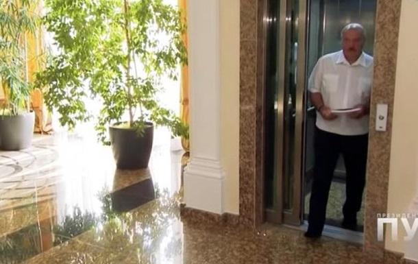 Лукашенко прийшов на інтерв ю без взуття