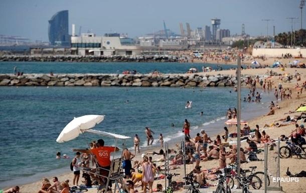 Пляжі Іспанії масово закрилися через порушення соціальної дистанції