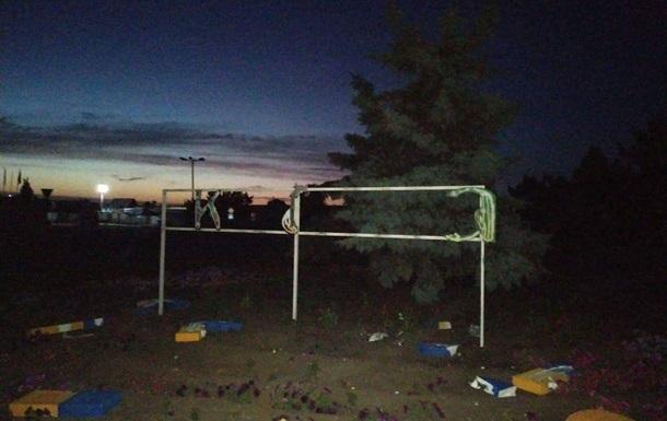 В Станице Луганской мужчина разрушил знак  Украина