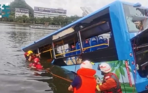 В Китае при падении автобуса в водохранилище погиб 21 человек