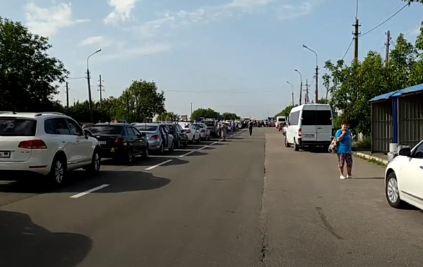 В  ДНР  на пункті пропуску величезні черги