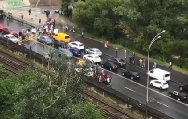 В Киеве протестующие заблокировали мост Метро