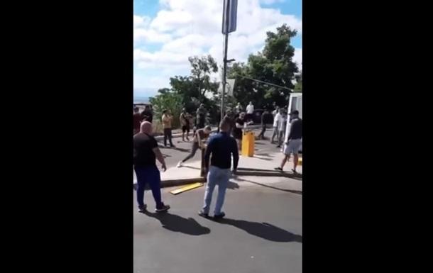 'Слуга народа' в Одессе кувалдой крушил шлагбаум