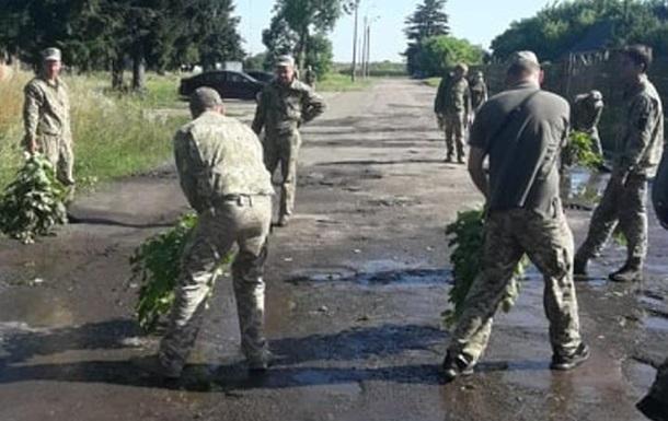 У Луцьку до візиту Зеленського солдати вичерпували воду з калюж