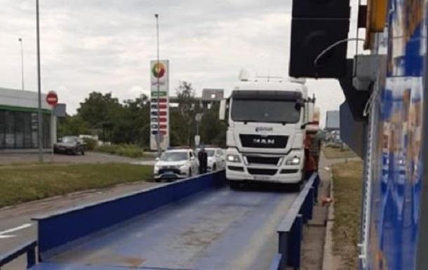 В Киеве водителя фуры оштрафовали на 6,5 тысяч евро за перегруз