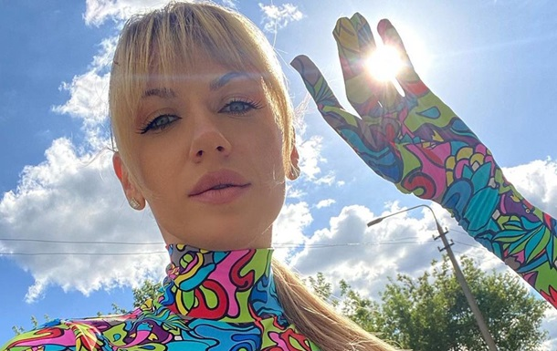 Леся Никитюк снялась в костюме пафосной пчелы