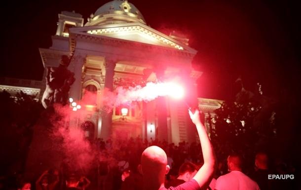 В Белграде протестующие забросали парламент петардами