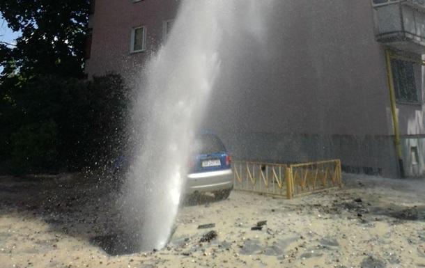 У Києві аварія на магістральному водопроводі, фонтан б є до дев ятого поверху