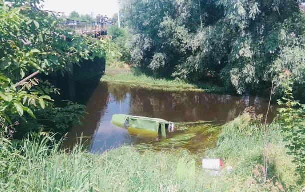 На Львівщині легковик збив велосипедиста і впав з моста