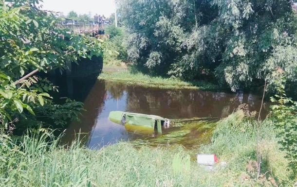 На Львовщине легковушка сбила велосипедиста и упала с моста