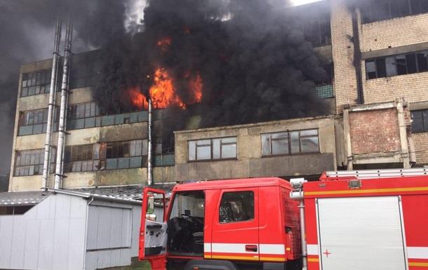У Чернівцях спалахнула масштабна пожежа на фабриці