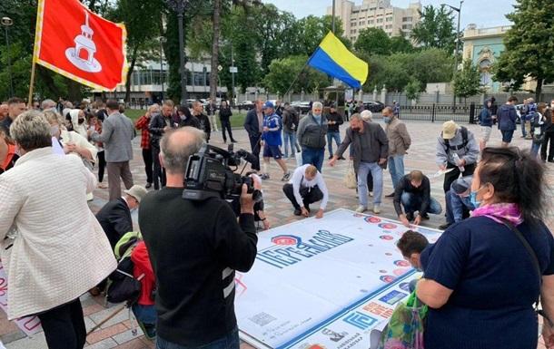 Під Радою мітингують прихильники і противники децентралізації