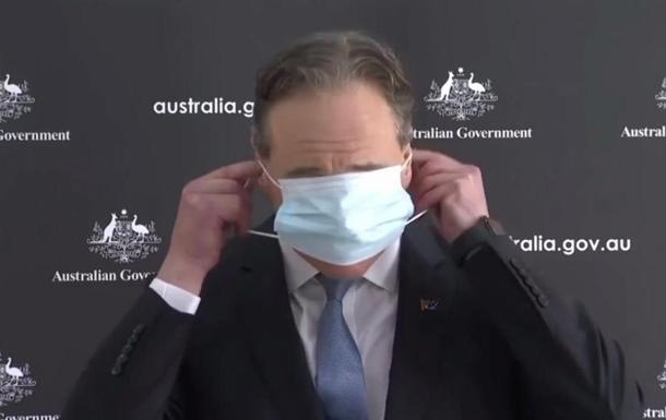 В Австралії міністр осоромився з маскою