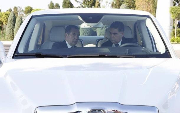 У Туркменістані забороняють автомобілі темного кольору?