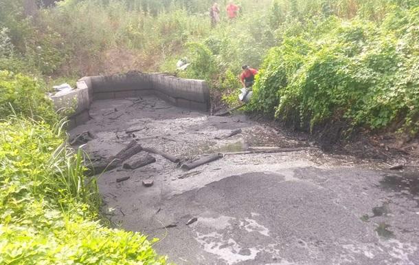 В Киеве вылили мазут в озеро