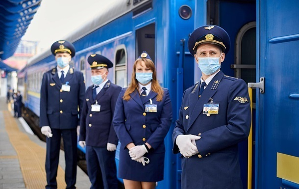 Укрзализныця возобновила работу половины поездов