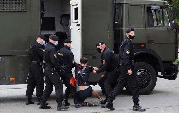 У Мінську на затримання активістів кинули військових