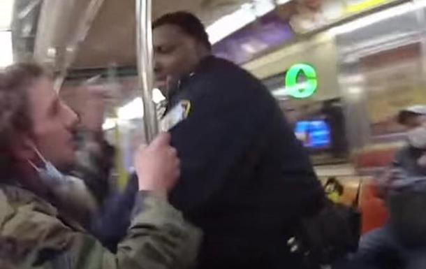 В метро Нью-Йорка коп избил пассажира. Видео 18+