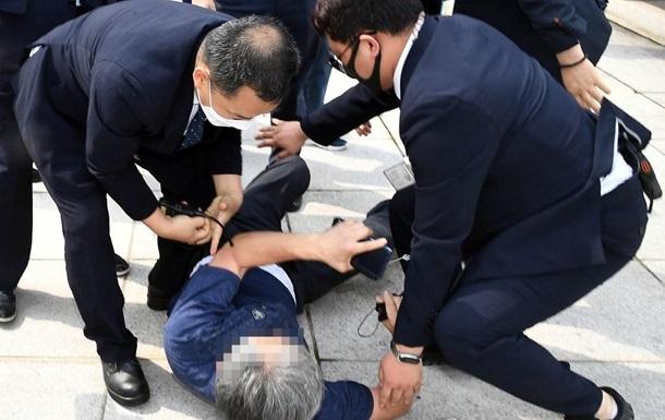 Житель Южной Кореи бросил ботинок в президента