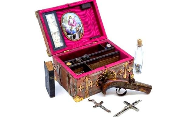 В Британии на торги выставили набор охотника на вампиров XIX века