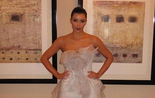 Ким Кардашьян снялась в корсете с откровенным декольте