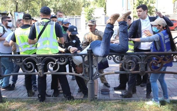 Біля Ради активісти побилися з поліцією