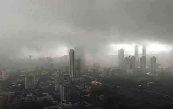 В Индии из-за дождей рухнул дом