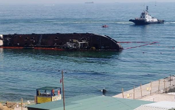 В Одесі почали піднімати танкер Delfi