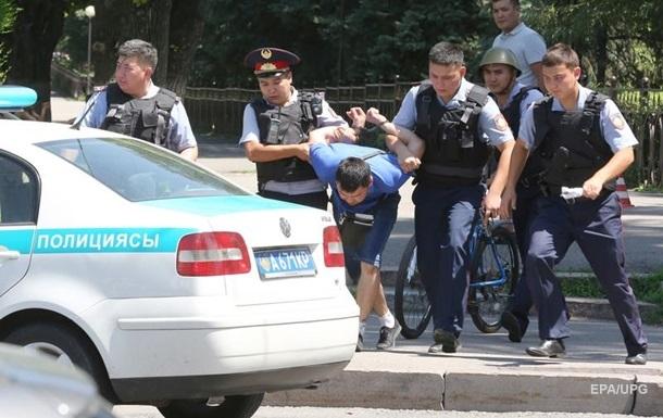 Полицейский выпрыгнул с 13 этажа за педофилом
