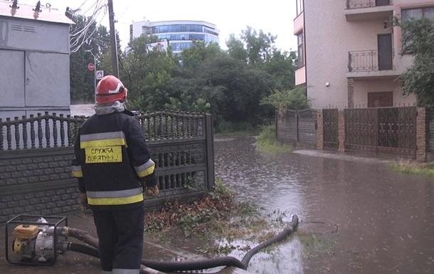У Хмельницькому зливи затопили ринок і вулиці міста