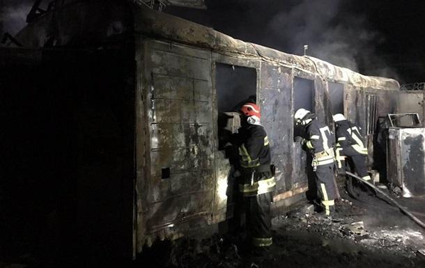 У Києві через сміття згоріли автомобілі