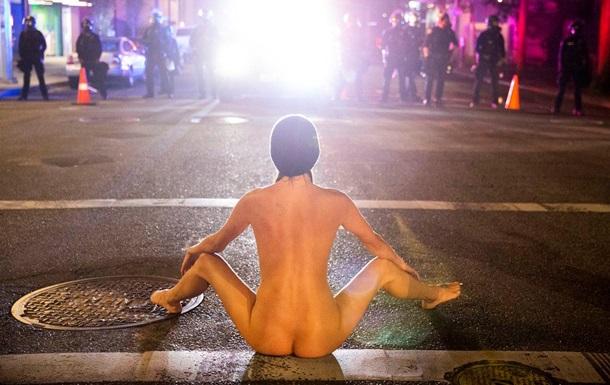 У США на протест вийшла  гола Афіна
