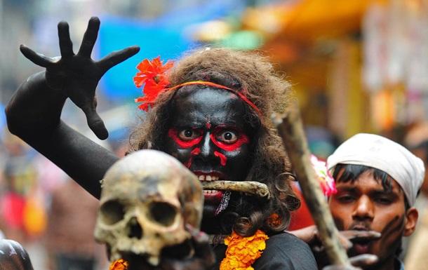 Индийский колдун поджег и накормил фекалиями одержимую бесами клиентку